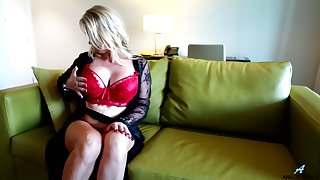 Ample breasted mature hooker from Australia Sammi Rox is toying her snatch