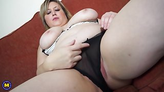 Chubby blonde mature amateur Laura L. stuffs will not hear of pussy with a dildo