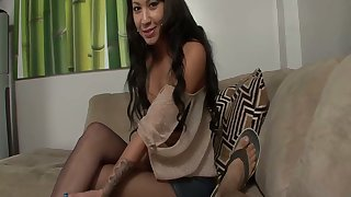 Whorish chick Ezmie Lee gives the best ever footjob plus blowjob about her pioneering client