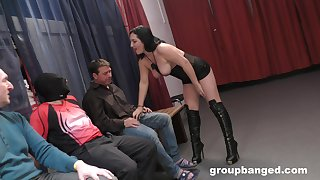 Curvy wife drops on the brush knees to regard fucked by trillions of dudes